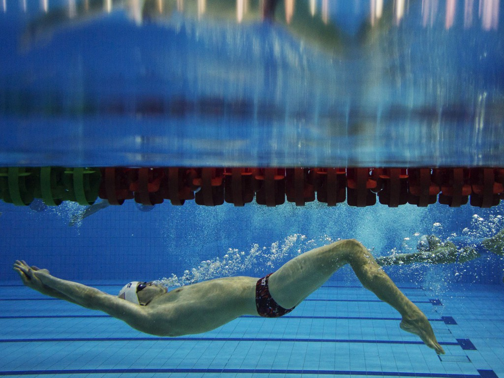 (140817) -- Nanjing,Aug 17,2014 (Xinhua) -- Athletes warm up ahead of match during Nanjing 2014 Youth Olympic Games at Nanjing OSC Natatorium in Nanjing, capital of east China's Jiangsu Province, on Aug. 17, 2014. (Xinhua/Fei Maohua) (txt)