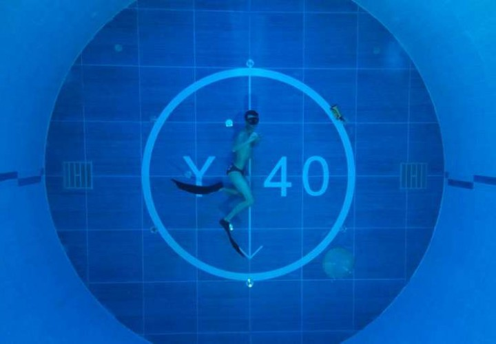 Beautiful mermaid video from world 39 s deepest pool for Piscine deep joy y 40