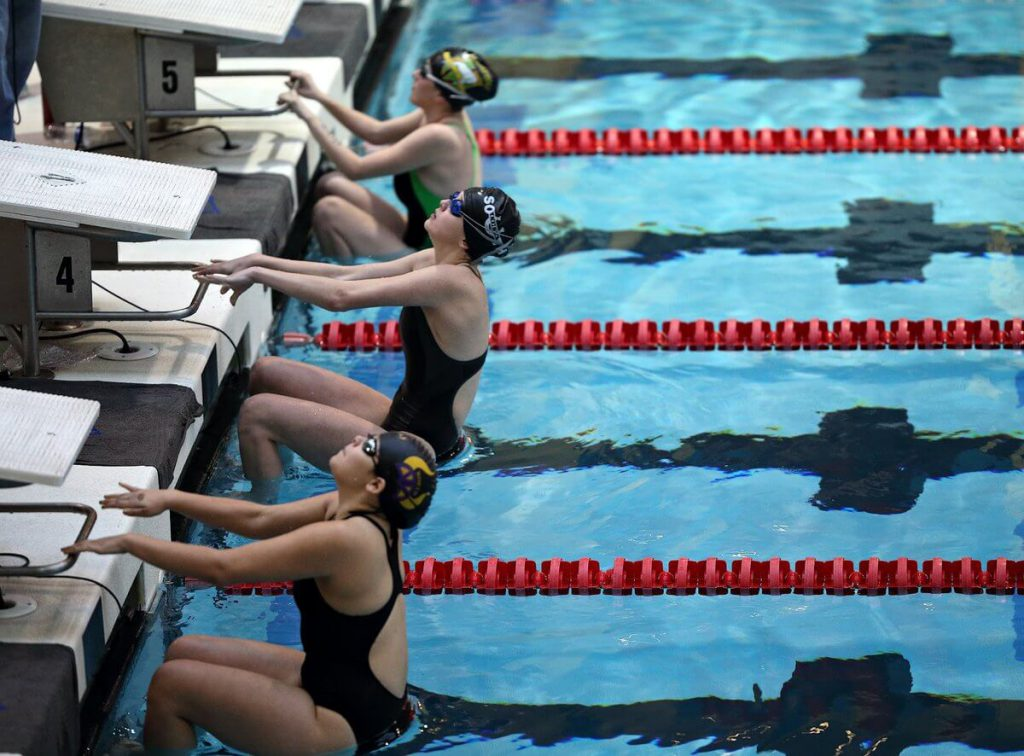 female-swimmers-backstroke-start