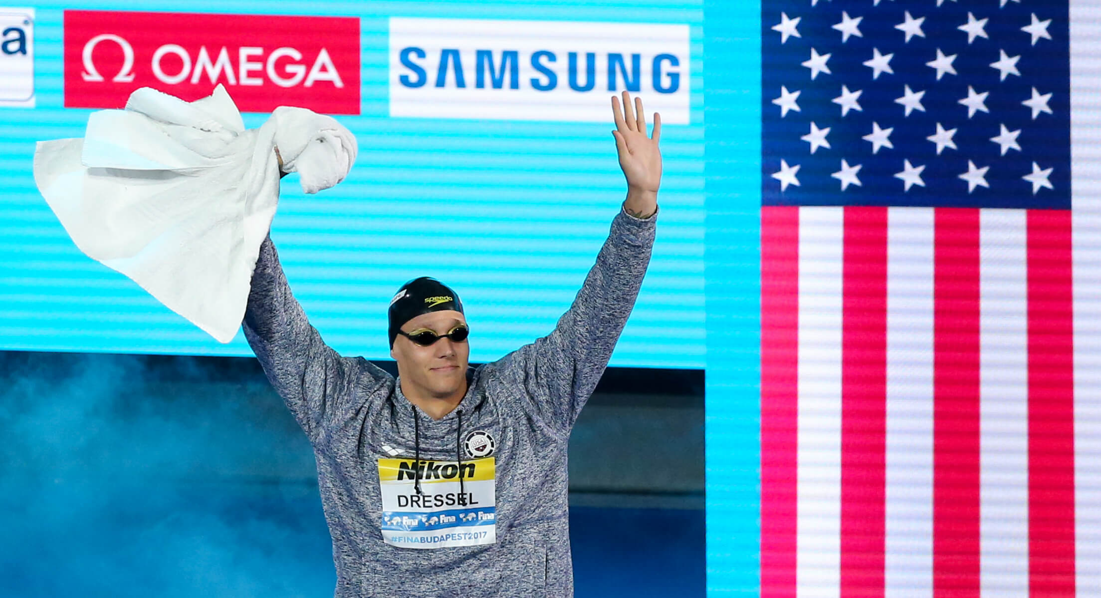 caeleb-dressel-usa-flag-hands-up-towel-2017-world-champs